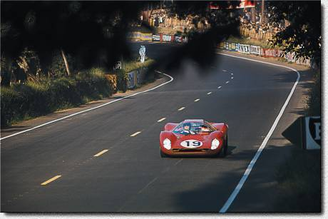Le Mans 24 h 1967. The works-330P4 s/n 0860 of Gunther Klass and Peter Sutcliffe retired.